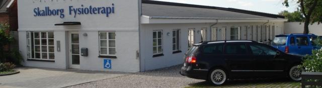 Parkering lige ved indgangen til Skalborg fysioterapi